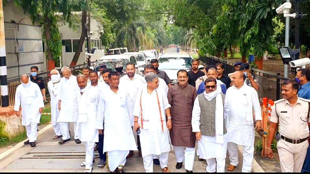 Former RJD leaders Ranvijay Singh, Dilip Rai, Qamar Alam, Sanjay Prasad and Radhacharan Seth seen at JD-U MP Lalan Singh's residence after joining the JD-U, in Patna on June 23, 2020. - Ranvijay Singh, Dilip Rai, Radhacharan Seth and Lalan Singh