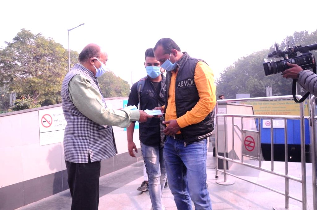 Former union minister & Senior BJP leader Vijay Goel along with BJP MP Pravesh Verma distributed face mask to public due to prevent to Covid-19 pandemic,vto avoid fine Rs. 2000 by Delhi ... - Pravesh Verma