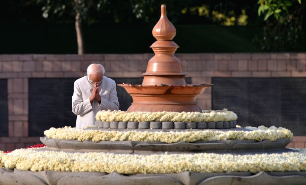 Former Vice President Hamid Ansari pays homage to former Prime Minister Rajiv Gandhi on his 27th death anniversary at Vir Bhumi in New Delhi on May 21, 2018. - Rajiv Gandhi