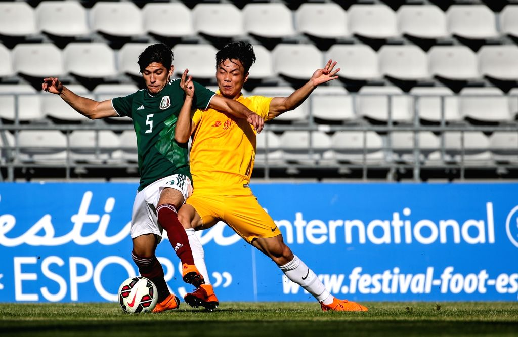 FOS SUR MER, June 2, 2018 - China's Cong Zhen (R) vies with Mexico's Arteaga Zamora Gerardo Daniel during the Toulon Tournament 2018 Group A match in Fos Sur Mer, southern France on June 1, 2018. ...