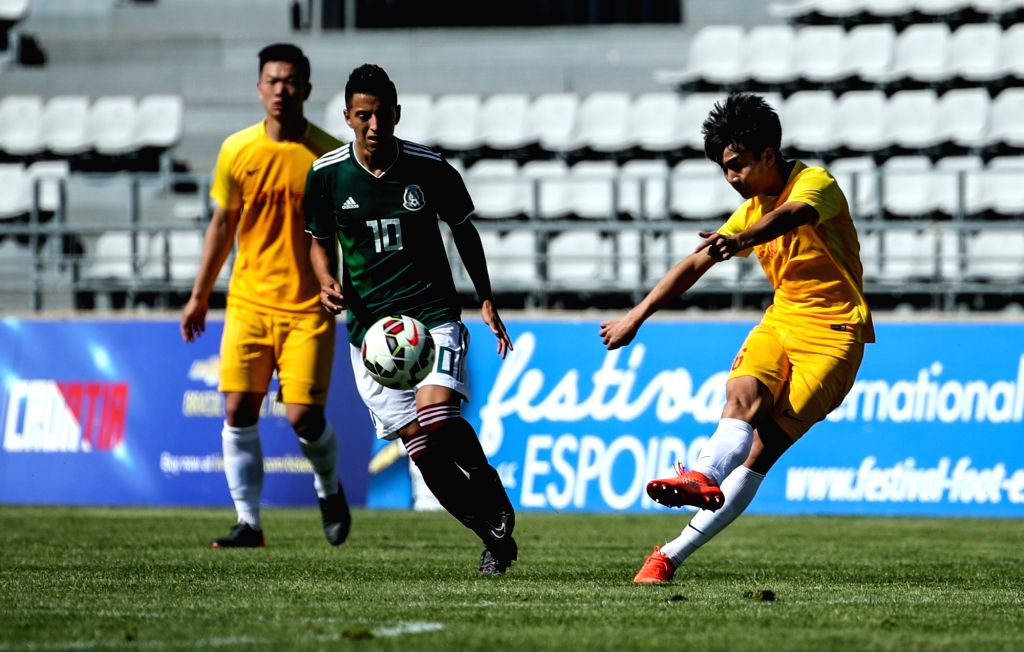 FOS SUR MER, June 2, 2018 - China's Liu Yi (R) passes the ball during the Toulon Tournament 2018 Group A match between China and Mexico in Fos Sur Mer, southern France on June 1, 2018. China lost 1-3.