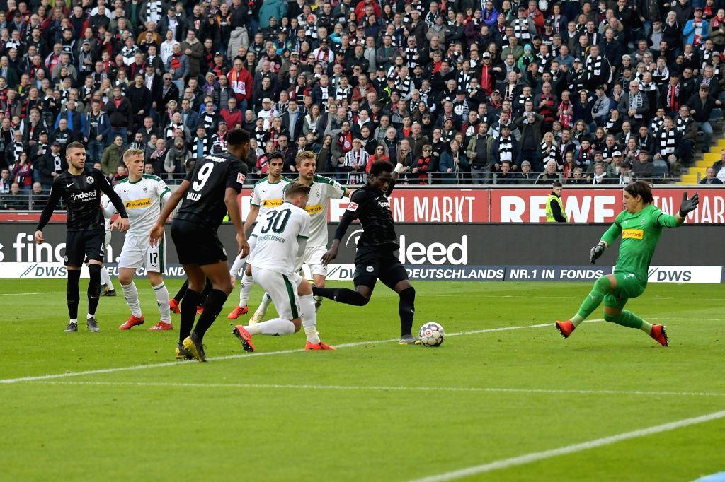 FRANKFURT, Feb. 18, 2019 - Danny da Costa (2nd, R) of Frankfurt shoots during the Bundesliga match between Eintracht Frankfurt and Borussia Moenchengladbach in Frankfurt, Germany, Feb. 17, 2019. The ...