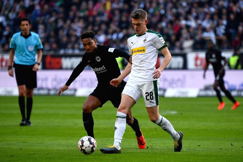 FRANKFURT, Feb. 18, 2019 - Jonathan de Guzman (L) of Frankfurt vies with Matthias Ginter of Moenchengladbach during the Bundesliga match between Eintracht Frankfurt and Borussia Moenchengladbach in ...