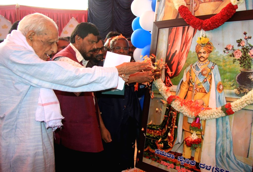 Freedom fighter HS Doreswamy and Republican Party of India (RPI) chief Ramdas Athawale pay tribute to Nalwadi Krishnaraja Wodeyar on the 132nd Jayantotsava in Bengaluru on June 4, 2016.