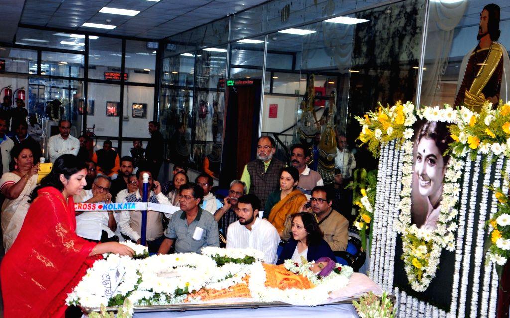 Friends and relatives pay tribute to veteran Bengali film actress Supriya Devi who died at her South Kolkata residence following a massive heart attack in Kolkata, on Jan 26, 2018. - Supriya Devi