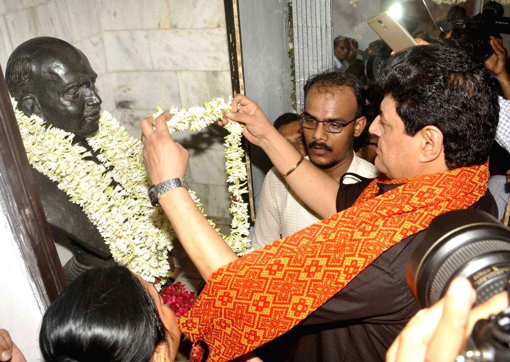 FTII Chairman Gajendra Chauhan pays to tribute to Syama Prasad Mukherjee in Kolkata on July 6, 2016. - Gajendra Chauhan and Syama Prasad Mukherjee