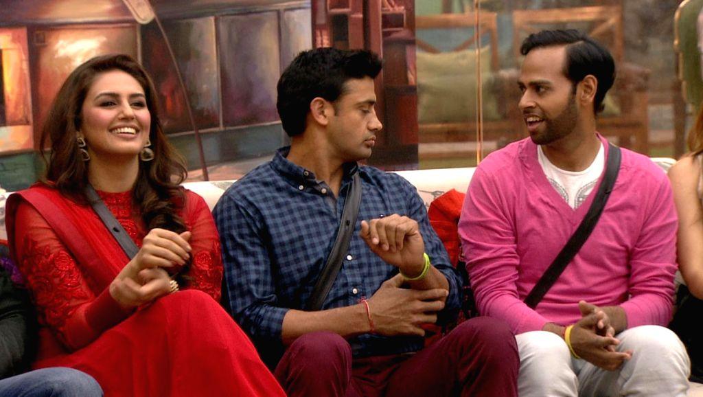 Fun with Dedh Ishqiya Team - Madhuri Dixit-Nene and Huma Qureshi. From the house of Bigg Boss Saath - 7