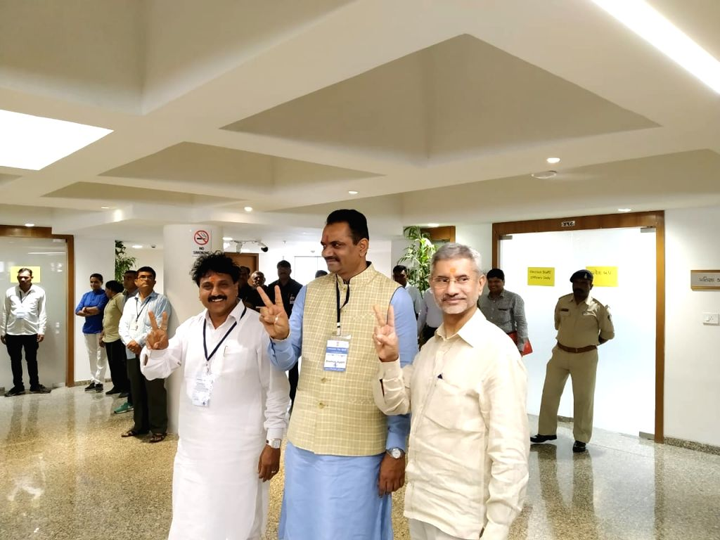 Gandhinagar: BJP candidates, External Affairs Minister S. Jaishankar and OBC Cell member from North Gujarat Jugalkishor Thakor along with Gujarat BJP President Jitu Vaghani flash victory sign after casting their votes for bypolls to the two Rajya Sab - S. Jaishankar, Ministers Amit Shah and Smriti Irani