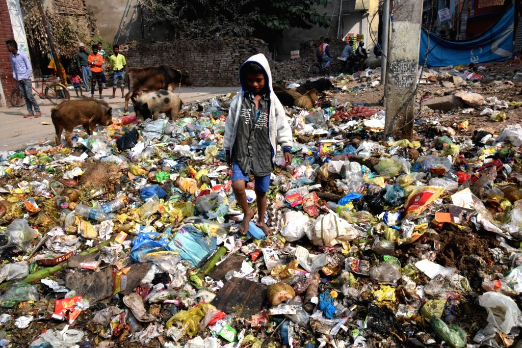 Garbage scattered over Patna streets as the strike by Patna Municipal Corporation (PMC) workers continues, on Feb 8, 2020.