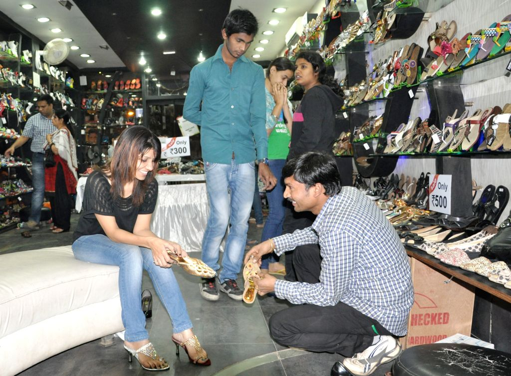 Garments and footwear shops owners on Tuesday protested against the Jharkhand government for not allowing them to open their shops as part of the easing of the lockdown. ImagesMart.co/Trilochan