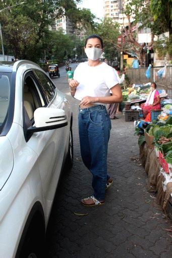 Gauahar Khan snapped in lokhandwala andheri On Monday, 24 May, 2021. - Gauahar Khan