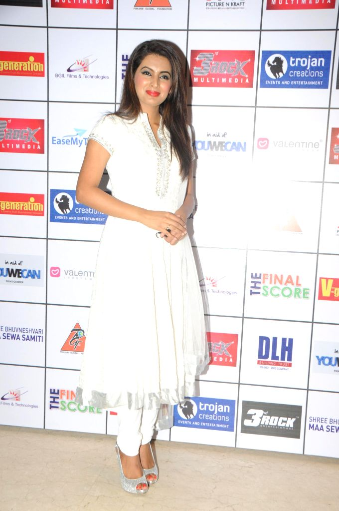 Geeta Basra during the Satinder Sartaj's `Mehefil-e-Sartaaj` live concert at Hotel Novotel in Juhu, Mumbai on Saturday, June 21, 2014.