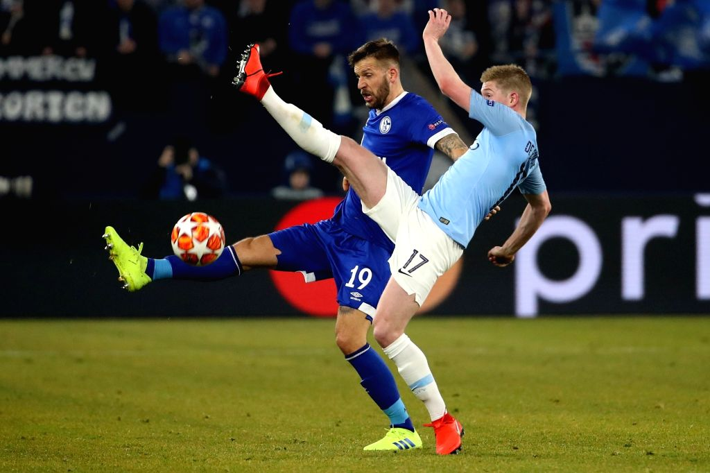 GELSENKIRCHEN, Feb. 21, 2019 - Guido Burgstaller (L) of Schalke 04 vies with Kevin De Bruyne of Manchester City during the UEFA Champions League round of 16 first leg soccer match in Gelsenkirchen, ...
