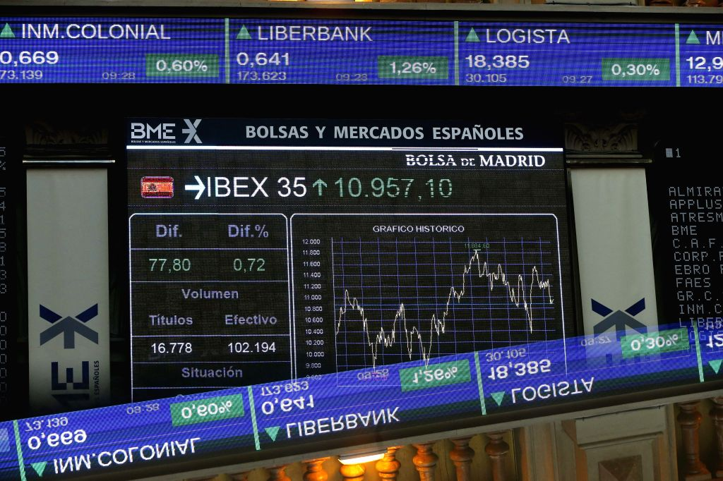 General view of a screen displaying a chart with the evolution of index IBEX 35 at Madrid's Stock Exchange Market, Spain, 17 August 2015. The main index of Spanish stock exchange market, IBEX 35, ...