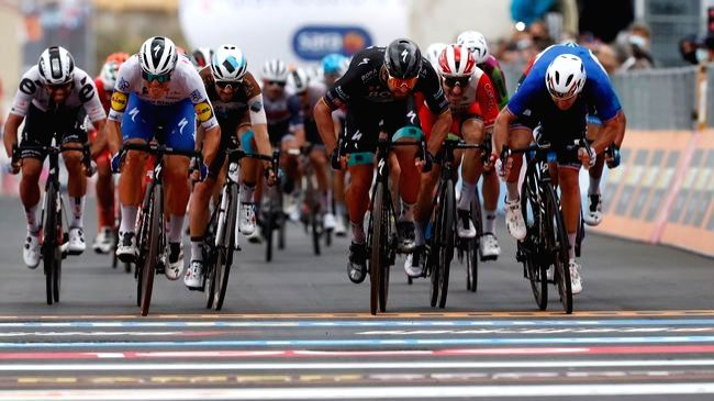 Giro D'Italia: Arnaud Demare pips Peter Sagan to win Stage 4.
