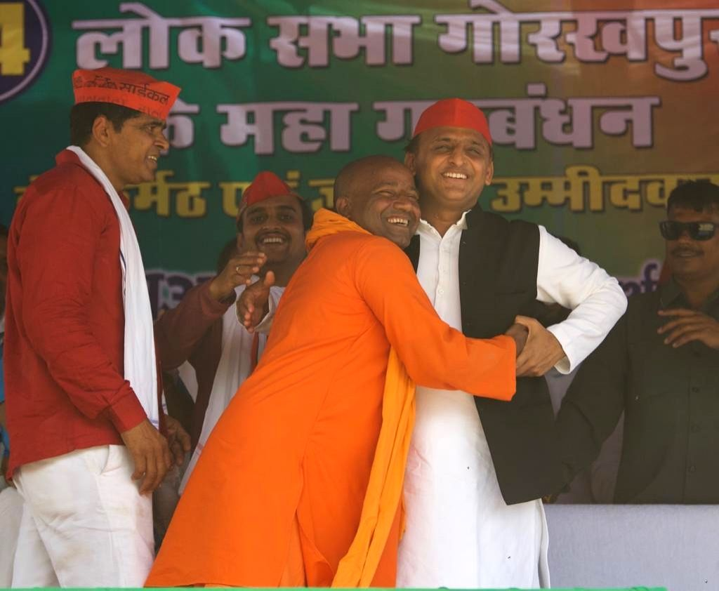 Gorakhpur (UP): Uttar Pradesh Chief Minister Yogi Adityanath's look-alike Suresh Thakur alias Yodha with Samajwadi Party (SP) President Akhilesh Yadav during a public rally ahead of the 2019 Lok ... - Yogi Adityanat and Akhilesh Yadav