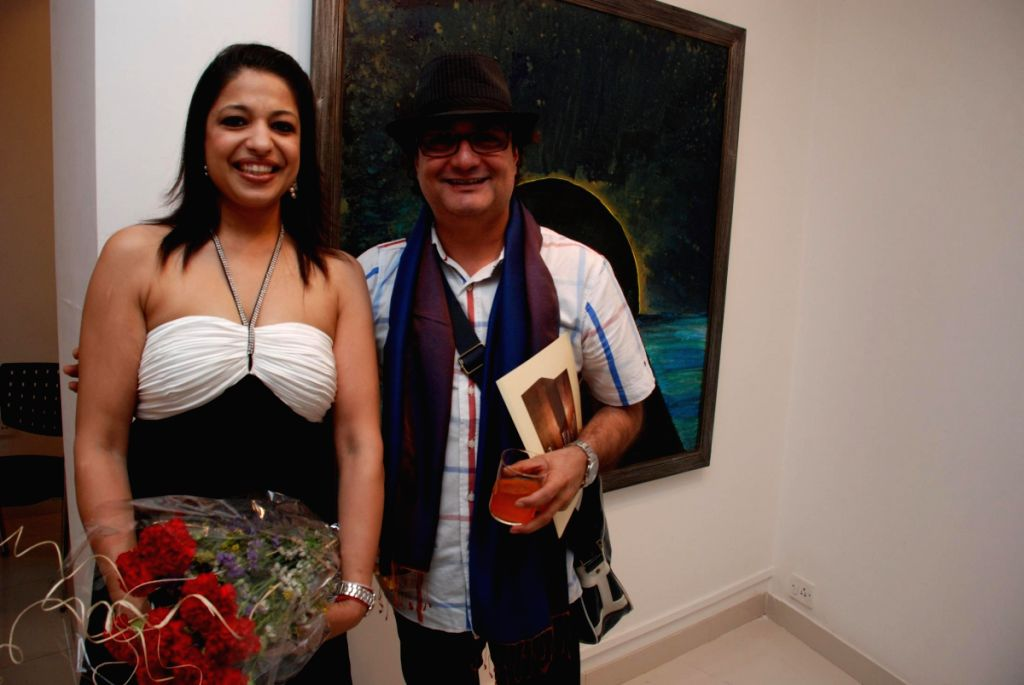 Gouri Sahni with actor Vinay Pathak at her Jehangir Art Gallery on May 4 2009.