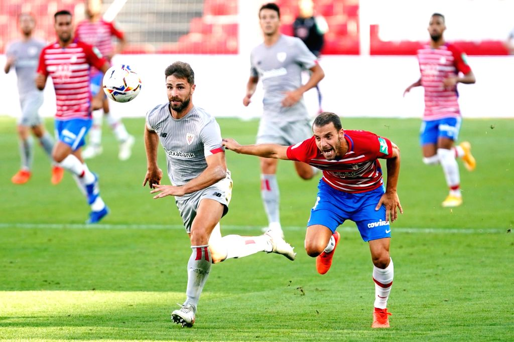 Granada's Roberto Soldado (R, front) vies with Bilbao's Yeray ?lvarez (L, front) during a Spanish La Liga league match between Granada CF and Athletic Club Bilbao ...