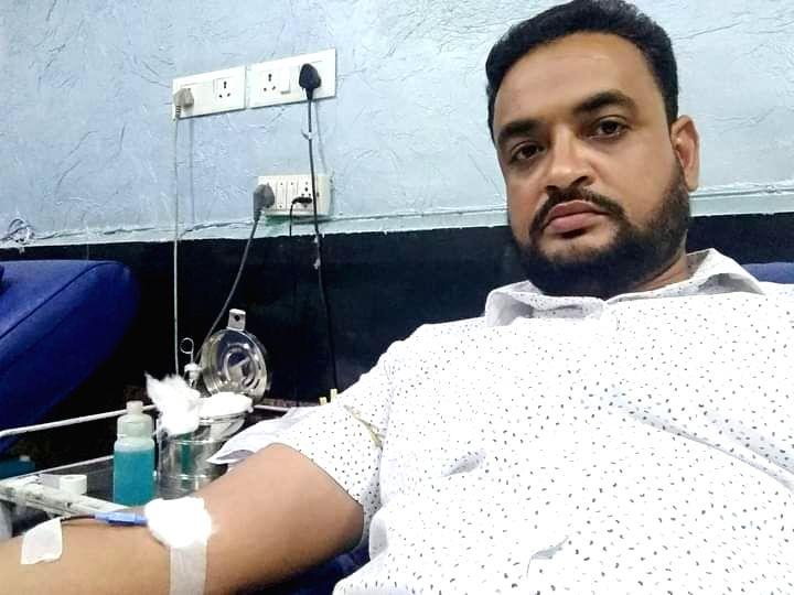 Gulfam Ansari donating blood.