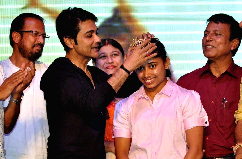 Gymnast Dipa Karmakar being felicitated by actor Prosenjit Chatterjee during a programme organised to felicitate her  in Kolkata, on Sept 18, 2016. Also seen Deepa's coach Bisheshwar Nandi. - Prosenjit Chatterjee