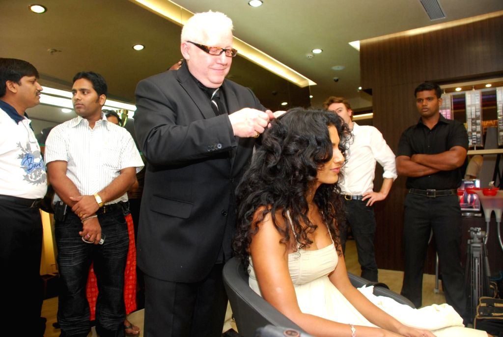 Hair stylist guy Kremer with a model at eye catchers.