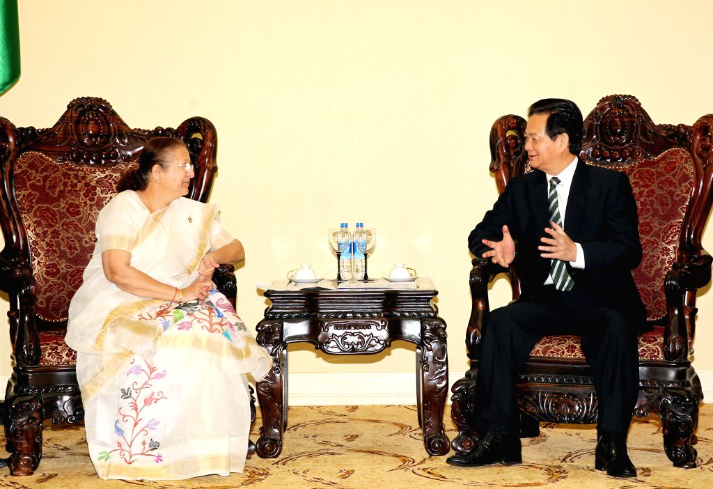 Vietnamese Prime Minister Nguyen Tan Dung (R) meets with Sumitra Mahajan, speaker of the Lok Sabha, the lower house of India's parliament, in Hanoi, capital of ... - Nguyen Tan Dung and Sumitra Mahajan