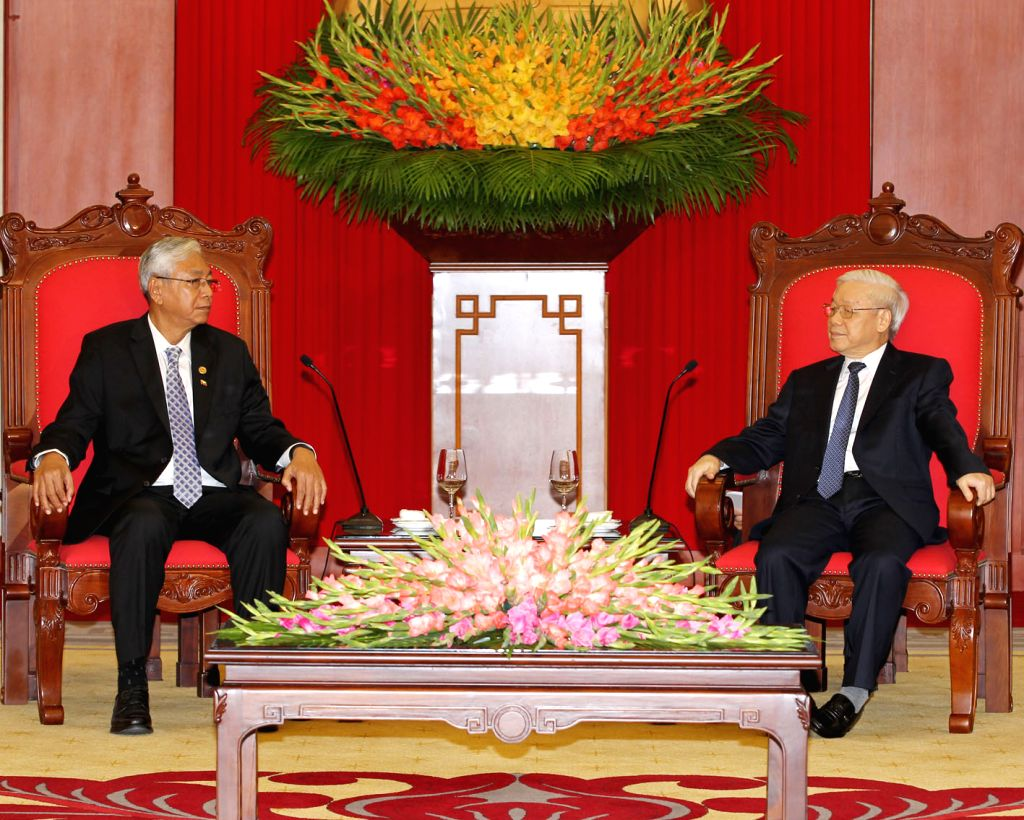 HANOI, Oct. 26, 2016 - General Secretary of the Central Committee of the Communist Party of Vietnam Nguyen Phu Trong (R?meets with visiting Myanmar President U Htin Kyaw in Hanoi, Vietnam, Oct. 26, ...