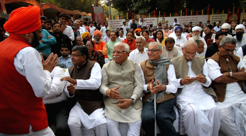 Haryana Chief Minister Manohar Lal Khattar and Union Minister for Communications and Information Technology Ravi Shankar Prasad at the cremation of late VHP leader Ashok Singhal in New ... - Manohar Lal Khattar