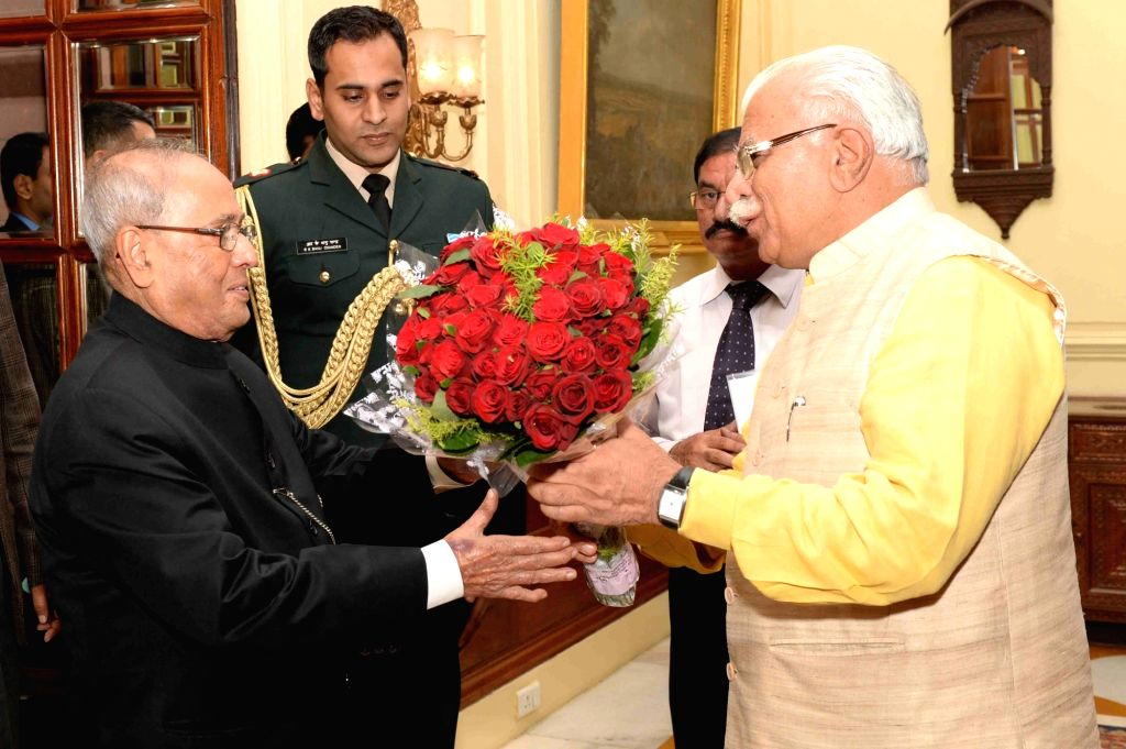 Haryana Chief Minister Manohar Lal Khattar calls on President Pranab Mukherjee at Rashtrapati Bhawan in New Delhi, on Nov 28, 2016. - Manohar Lal Khattar and Pranab Mukherjee