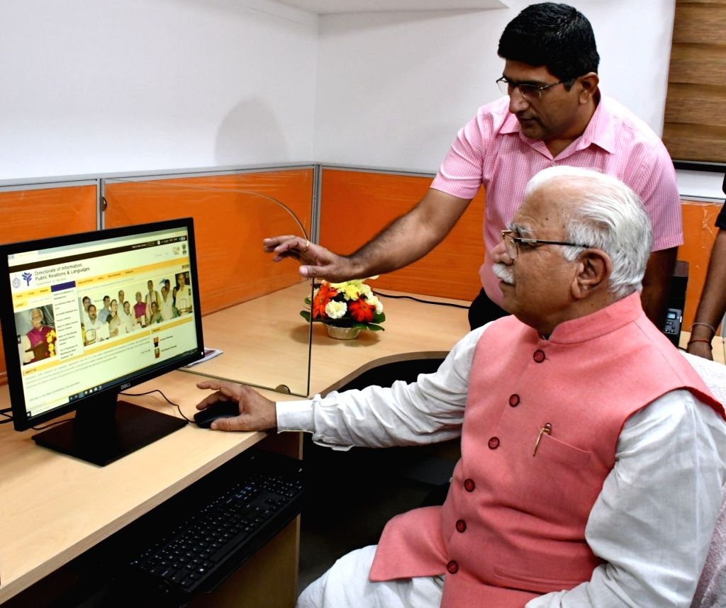 Haryana Chief Minister Manohar Lal Khattar checks out the website of Information, Public Relations and Languages Department after inaugurating new Media Centre at Haryana Bhawan in New ... - Manohar Lal Khattar