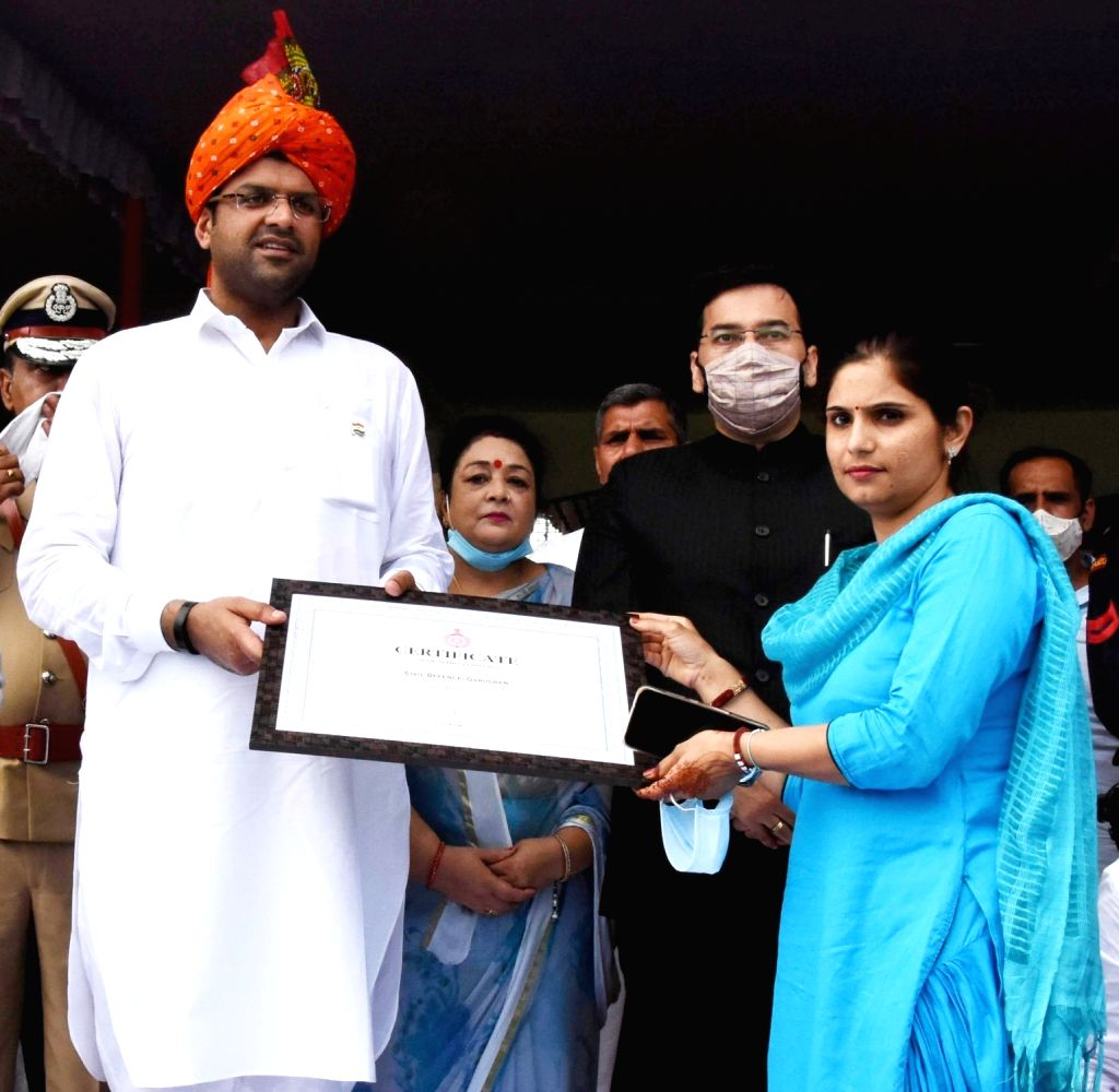 Haryana Deputy Chief Minister Dushyant Chautala giving appreciation letter to a corona warrior during the 74th Independence Day celebrations, in Gurugram on Aug 15, 2020. - Dushyant Chautala
