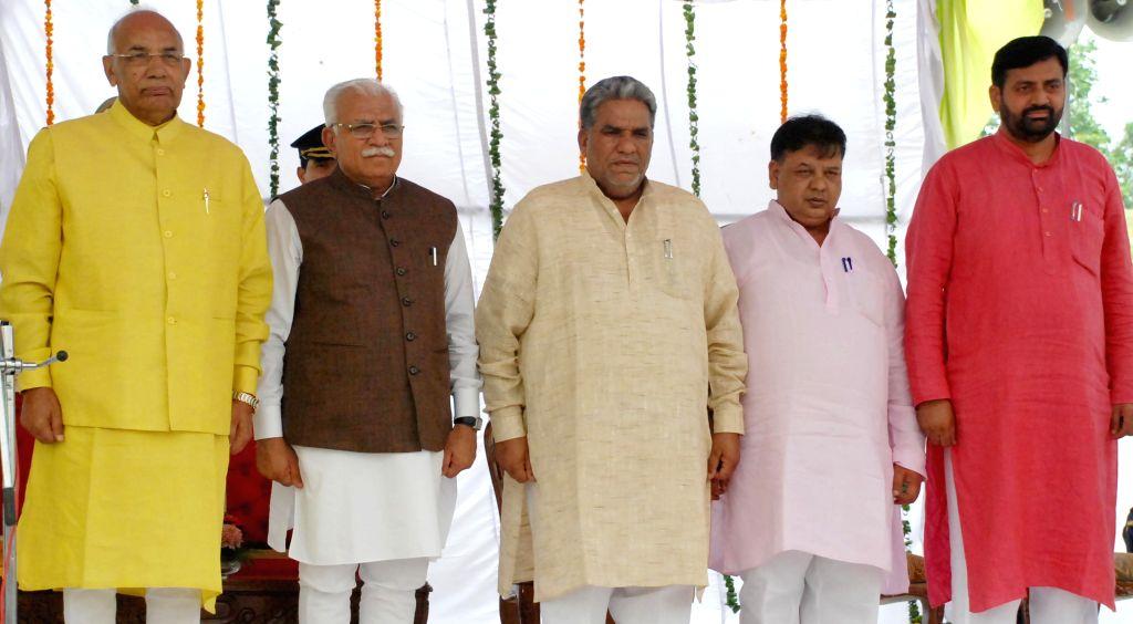 Haryana Governor Prof. Kaptan Singh Solanki and Chief Minister  Manohar Lal Khattar with the newly sworn ministers, Krishan Lal Panwar, Ghanshyam Saraf and Nayab Singh after the ... - Manohar Lal Khattar, Kaptan Singh Solanki and Nayab Singh