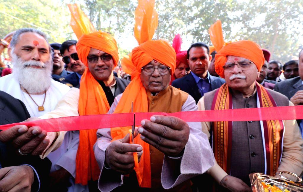 Haryana Governor Satyadeo Narain Arya and Chief Minister Manohar Lal Khattar perform 'yagna' at Brahma Sarovar during International Gita Mahotsav 2019 in Kurukshetra on Dec 3, 2019. - Manohar Lal Khattar