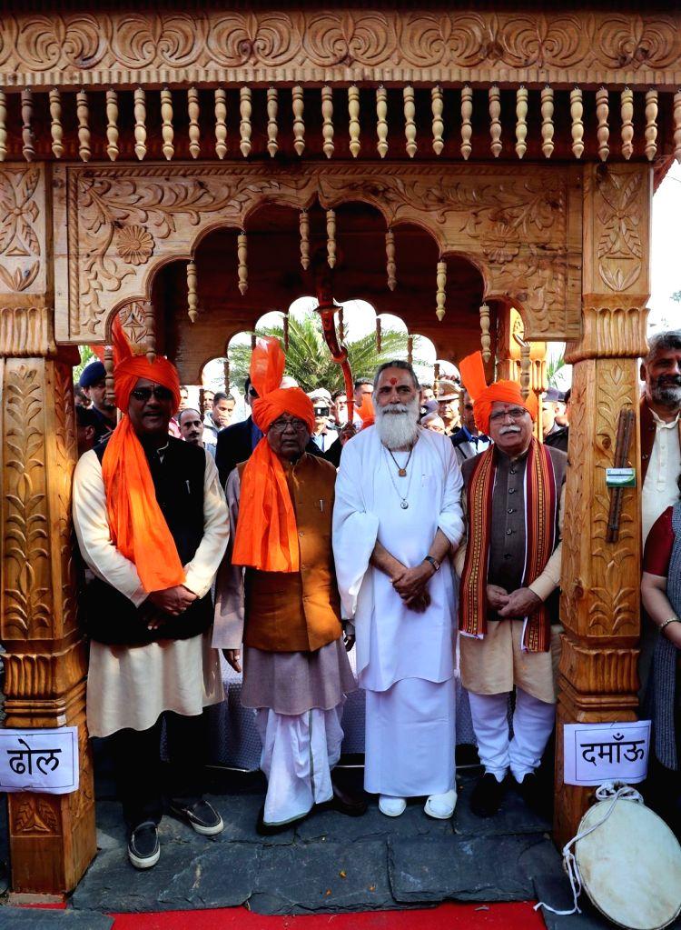 Haryana Governor Satyadeo Narain Arya, Chief Minister Manohar Lal Khattar, Uttarakhand Chief Minister Trivendra Singh Rawat and Gita Manishi Swami, Gyananand Maharaj at Uttarakhand ... - Manohar Lal Khattar and Trivendra Singh Rawat