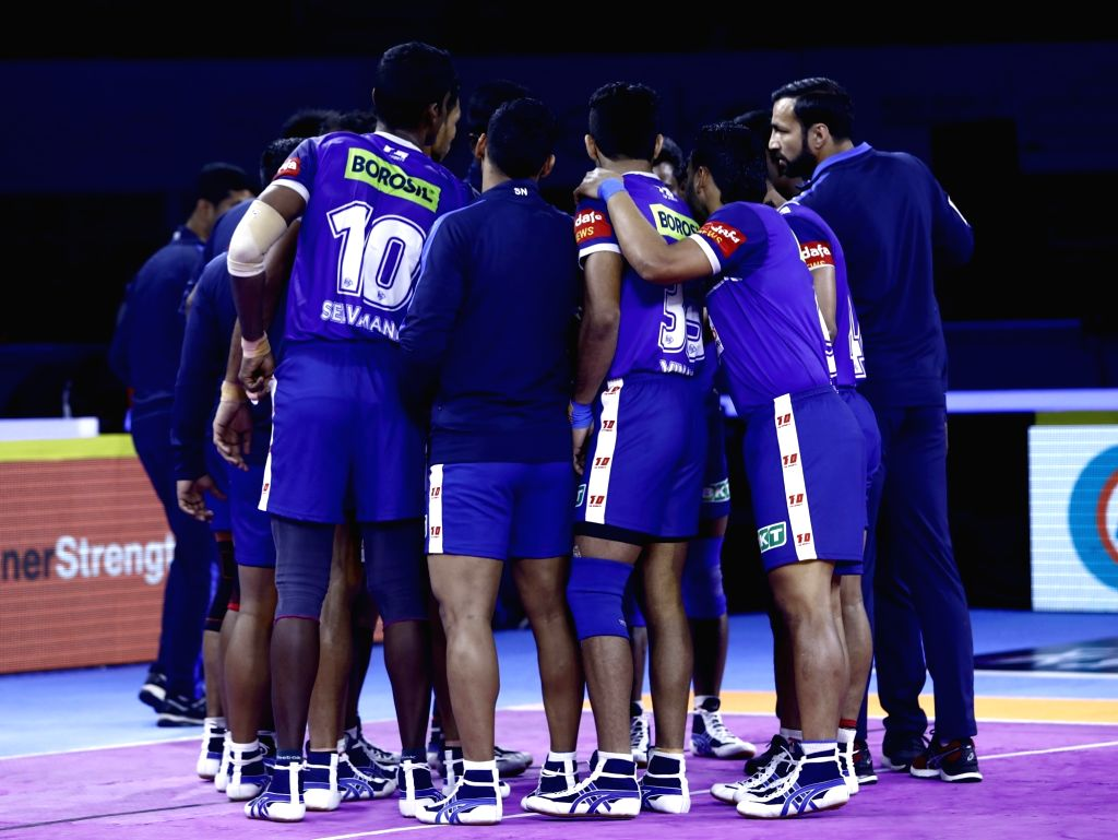 Haryana Steelers players in a huddle.
