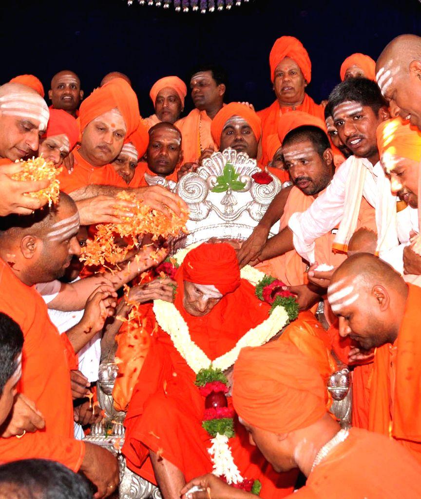 Head of the Siddaganga Mutt, Shivakumara Swami being greeted by his followers on his 111th birthday, at the mutt in Tumakuru, Karnataka on April 1, 2018.