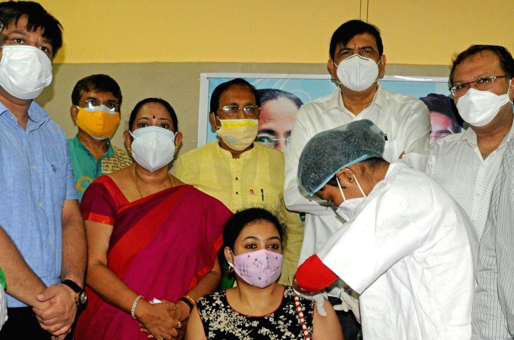 Health workers are giving the free vaccine to the people of 29 no word, Bidhannagar Municipal Corporation (BMC) organised by former mayor of BMC Krishna Chakrabarty during coronavirus ...