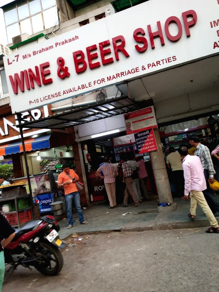 Heavy rush outside a liquor outlet after the polling ended for Delhi's seven Lok Sabha seats.
