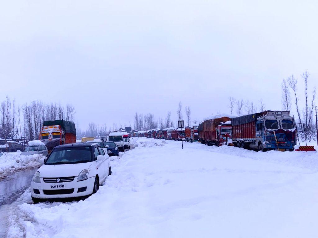 Heavy snowfall disrupts life in Kashmir (Photo: IANS)