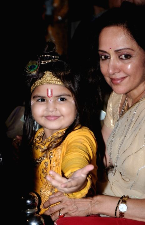 Hema Malini with little Krishna of COLORS 'Jai Shri Krishna