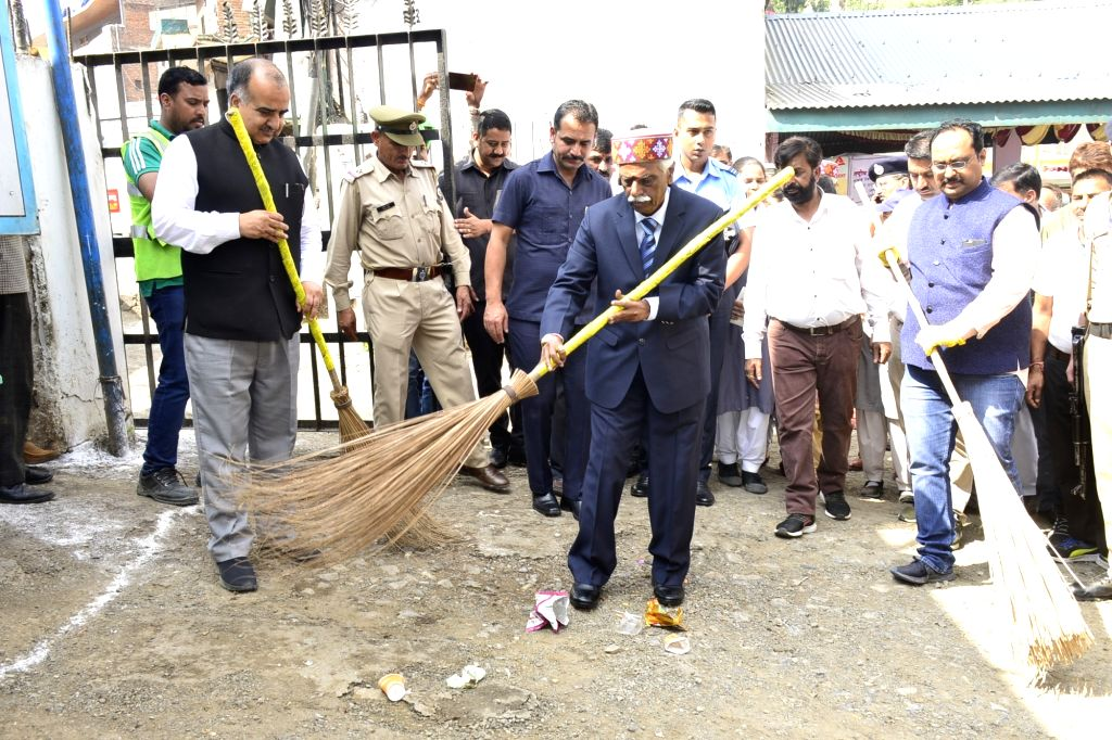 Himachal Pradesh Governor Bandaru Dattatraya participates in a cleanliness campaign on World Cleanliness Day at Kandaghat in Solan district on Sep 21, 2019.