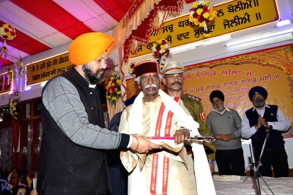 Himachal Pradesh Governor Bandaru Dattatraya being welcomed on his visit to the Gurdwara Sahib Shri Guru Singh Sabha during the 550th birth anniversary celebrations of Guru Nanak Dev, in ... - Nanak Dev