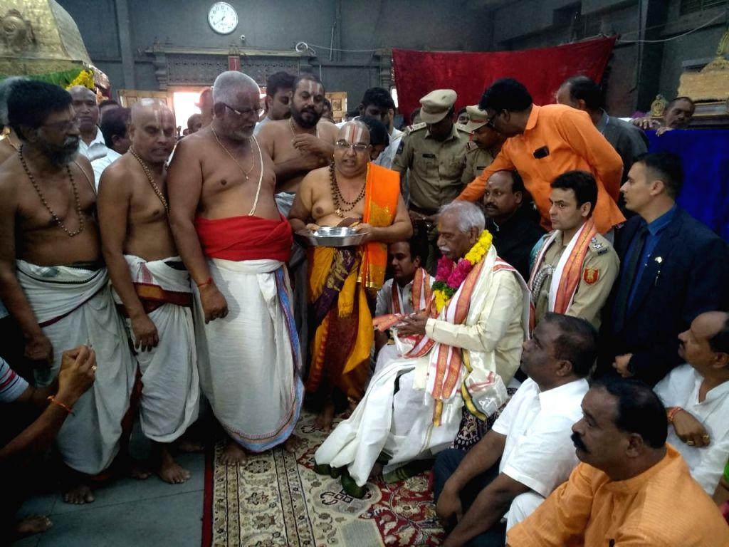 Himachal Pradesh's new Governor Bandaru Dattatraya offers prayers at Yadagiri Gutta temple in Yadadri Bhuvanagiri district of Telangana, on Sep 13, 2019.