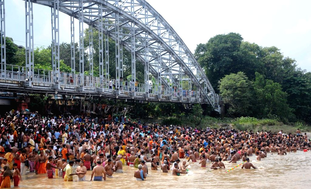 Hindu devotees perform 'tarpan' on the banks of the holy river Ganges on the occasion of Mahalaya in Kolkata on Wednesday, October 06 ,2021.