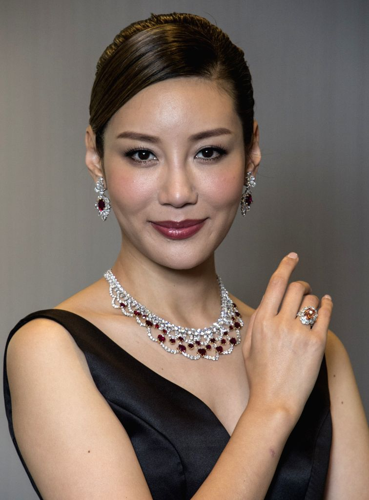 HONG KONG, Nov. 25, 2016 - A model displays a set of diamonds during a press conference of Tiancheng International in Hong Kong, south China, Nov. 25, 2016. Tiancheng International will hold an ...