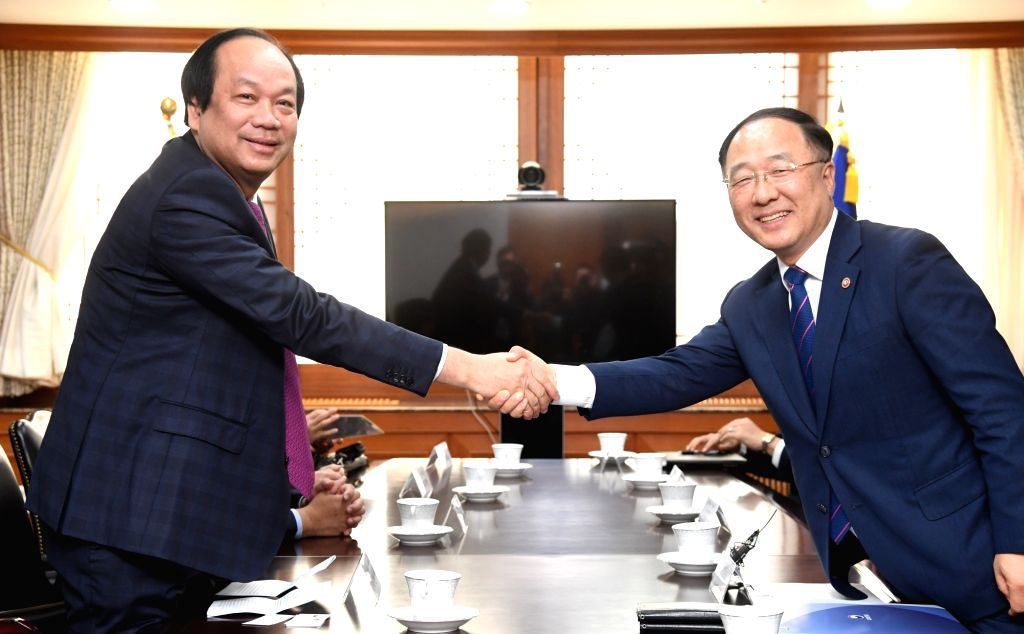 Hong Nam-ki (R), minister of the Office of Government Policy Coordination, meets his Vietnamese counterpart Mai Tien Dung in Seoul on May 23, 2018.
