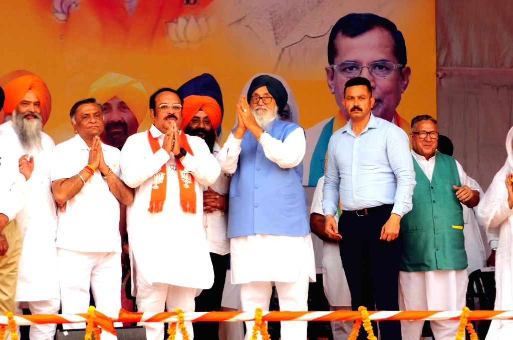 Hoshiarpur: Shiromani Akali Dal (SAD) leader Parkash Singh Badal and Punjab BJP chief Shwet Malik during a public rally ahead of 2019 Lok Sabha elections, in Punjab's Hoshiarpur on May 10, 2019. (Photo: IANS) - Malik and Parkash Singh Badal