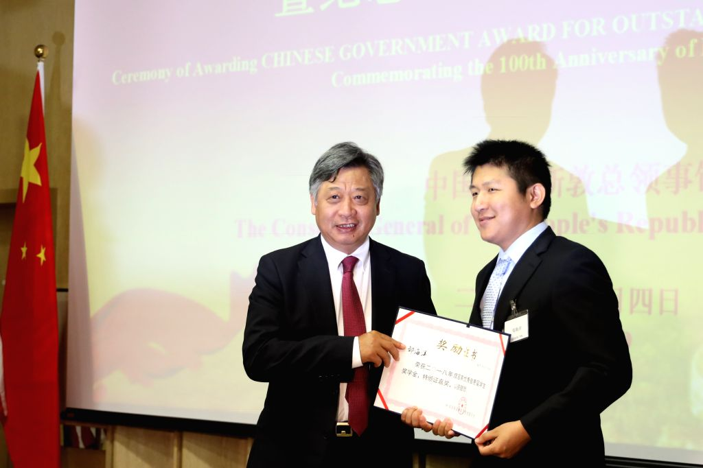 HOUSTON, May 5, 2019 - Chinese Consul General in Houston Li Qiangmin(L) presents award to a winner at a ceremony of 2018 Chinese Government Award for Outstanding Self-Financed Students Abroad in ...