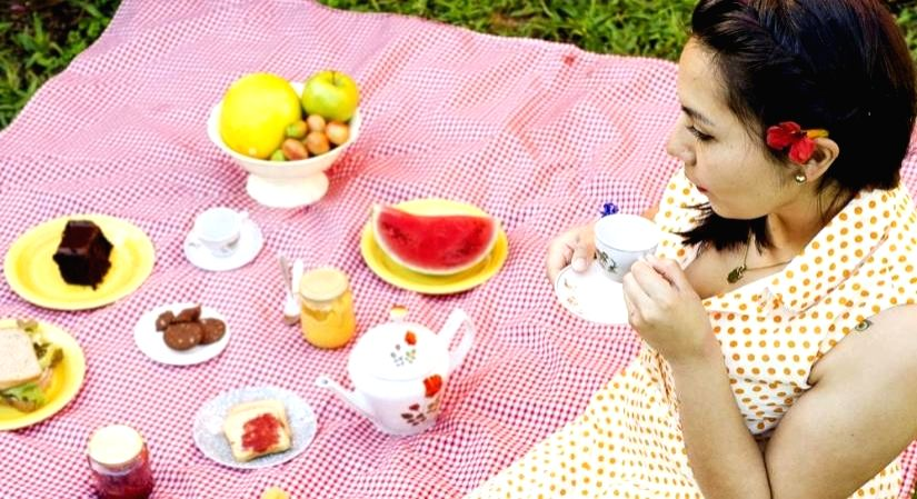 How to stay safe while eating outdoors.
