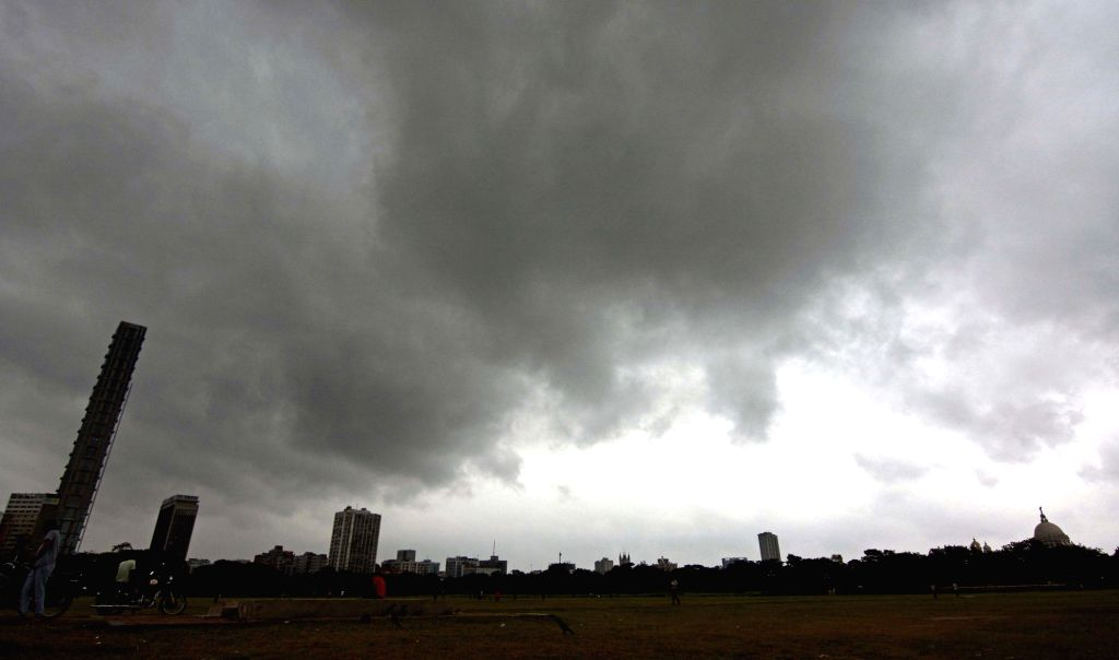Howrah: Kolkata witnesses overcast skies as cyclonic storm Fani crossed the Odisha coast near Puri and inched closer to West Bengal on May 3, 2019. The cyclonic storm is currently situated at about 370 km southwest of Kolkata, is likely to enter West
